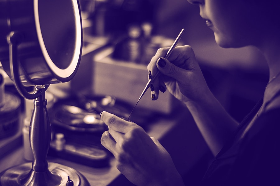 Using a lighted makeup mirror